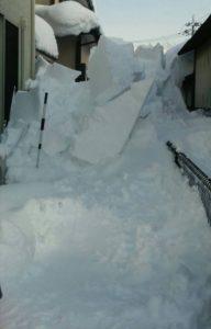 実家が大雪で被災。窓ガラスが割れる被害を受けた現場写真