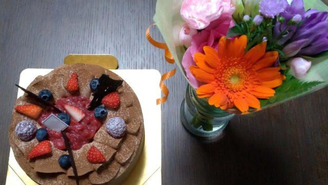 結婚記念日に渡した花束とホールケーキ