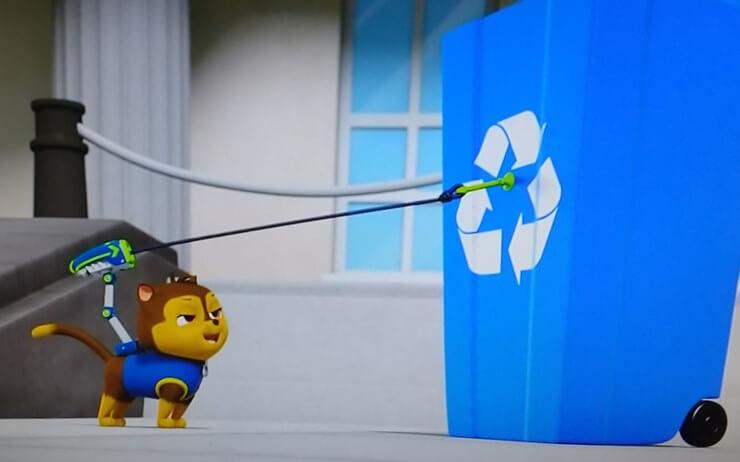 チェイスっぽいニャンパトロールがジップラインを使ってゴミ箱を倒す